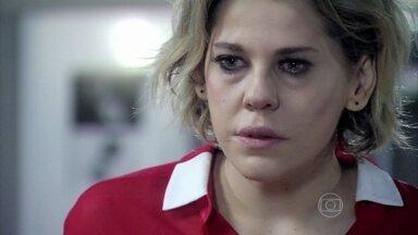 Edith jura que vai contar o segredo de Félix a César - Ela quer se vingar do marido ao dizer que ele abandonou Paulinha em uma caçamba