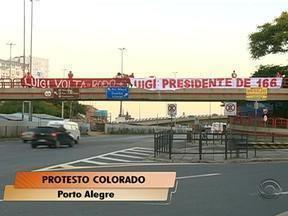Torcedores do Inter fazem protesto contra o presidente do clube, Giovanni Luigi - Manifestantes pediram a saída do dirigente.