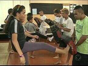 MMA como ferramenta de educação - Alunos de uma escola de Ponta Grossa aprendem o esporte.