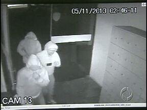 Polícia prende mais dois da quadrilha de ladrões de caixas eletrônicos - Nas imagens das câmeras de segurança do supermercado, num bairro de Cambé, a 10 km de Londrina, aparecem outros homens do bando