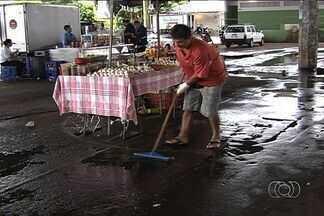 Falha em cobertura molha trabalhadores de feira em Goiânia - Forte chuva que caiu na capital atrapalhou a vida de feirantes no Cepal do Setor Sul, em Goiânia. Previsão é de chuva forte até o fim da semana.