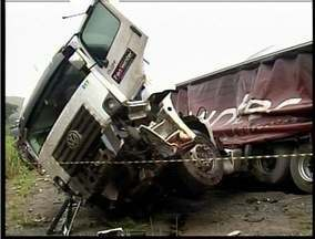 Uma pessoa morre e outra fica ferida em acidente na BR-116 próximo a Eng. Caldas - Acidente foi provocado com a colisão de uma carreta e um caminhão.