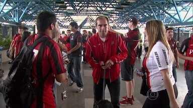 Atlético-PR espera por final e título inédito pela Copa do Brasil - Torcedores incentivam equipe na saída do aeroporto.