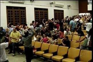 Manifestantes seguem ocupando Câmara Municipal do Crato após uma semana - Vereador denuncia suposto pagamento para manter os alunos na Câmara. Movimento nega.