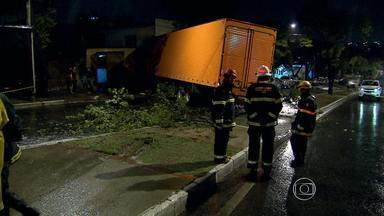 Carreta invade imóvel e duas pessoas morrem em Contagem, na Grande BH - Na casa, havia dez pessoas. Moradores reclamam do trânsito pesado na rua.