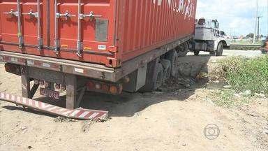 Carreta atola e complica trânsito da Avenida Recife - Motorista passou por retorno proibido e não teve espaço suficiente para manobra.