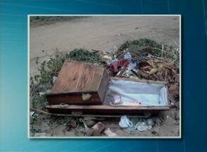 Caixões jogados em ruas de Garanhuns - Material teria sido retirado de um cemitério da cidade.