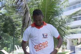 Mesmo após perder gol, Marquinhos é destaque do Vitória no Brasileirão - Equipe do Globo esporte entregou a camisa do 'inacreditável Futebol Clube' para o jogador.