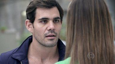 Ninho ameaça Paloma para que ela não tente separá-lo de Paulinha - A médica diz que ele está descumprindo o trato e fazendo a cabeça da menina contra Bruno