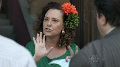 Márcia reconhece Efigênio e decide contar para Bruno - O ex-dono de bar aparece na porta da casa da ex-chacrete agora como pastor. Ela procura por Bruno no consultório de Paloma, mas não o encontra