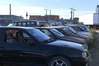 Veículos abandonados no batalhão de trânsito da capital e na PRF devem ir a leilão - Falta espaço nos pátios e os veículos podem prejudicar a saúde de quem mora por perto.
