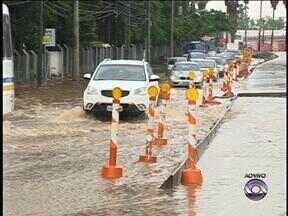 Chuva causa transtornos em Porto Alegre nesta segunda-feira (11) - Avenida Padre Cacique é um dos pontos mais críticos para os motoristas.