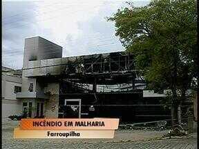 Estão sendo investigadas as causas de um incêndio que destruiu malharia em Farroupilha, RS - Fogo começou na madrugada desse domingo em uma das laterais do prédio.
