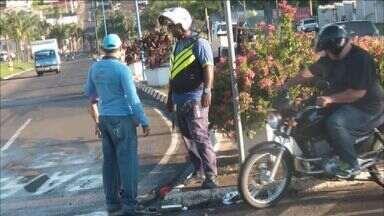 Menor morre em acidente de moto em Franca, SP - Jovem bateu contra caminhão e morreu no local