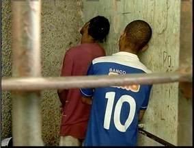 Três pessoas são presas em Ipatinga suspeitas de tráfico de drogas - Suspeitos foram presos no bairro Vila Ipanema.