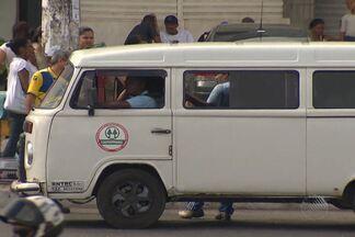 Passageiros se queixam de kombis que param nos pontos de ônibus, em Salvador - Segundo usuários do transporte, situação ocorre com frequência no Largo do Tanque e motoristas de ônibus deixam de parar no ponto.