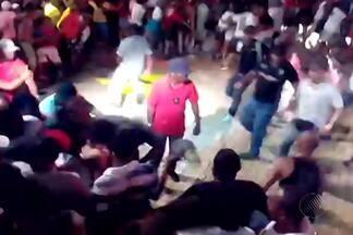 Show de Alpha Blondy é interrompido após confusão no público - Cantor africano recebia Daniela Mercury no palco para gravação de DVD, no momento do tumulto. Apresentação foi no Wet'n Wild, em Salvador.