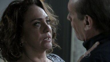 Ordália e Herbert se beijam - Ela pensa em ficar com o médico para afastá-lo de sua filha, mas não tem certeza ainda se pretende se relacionar com o chefe