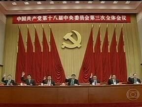 China anuncia que empresas privadas terão maior influência na economia - O Partido Comunista anunciou a mudança ao fim de uma série de reuniões sobre o crescimento do país na próxima década. Uma das principais revisões será a possibilidade de investidores privados comprarem até 15% de empresas estatais.