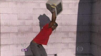No Centro do Rio de Janeiro, população é convocada para extravasar a raiva - Pessoas quebram um monte de objetos e aliviam a tensão