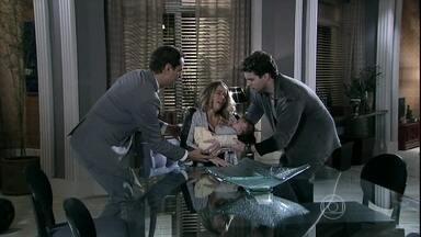 Niko impede que Amarilys deixe o filho cair do colo - Chef não queria que ela pegasse Fabrício