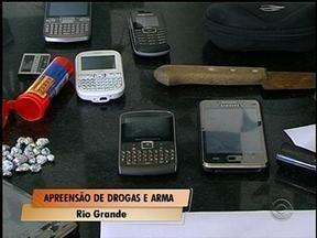 Drogas, uma arma e dois veículos são apreendidos em Rio Grande, RS - Um homem conseguiu fugir.