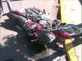 Motoclista morre depois de bater em ônibus em Umuarama - Testemunhas disseram que o motociclista furou a preferencial. Ele morreu depois de dar entrada no hospital.