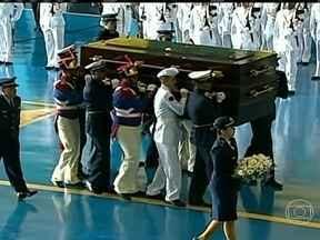 Restos mortais de Jango são recebidos com honras militares em Brasília - O corpo de Jango começou a ser exumado nesta quarta (13), em São Borja (RS), para que seja submetido a perícia da Polícia Federal, em Brasília. O objetivo é identificar a causa da morte do ex-presidente, deposto pelo golpe militar.