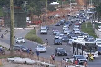 Obra na entrada do Imbuí atrapalha trânsito na Av. Paralela - Ao todos, três viadutos serão construídos na Paralela, dois no Imbuí e um em Narandiba.