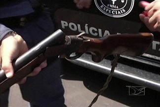 Em Caxias, operação da Polícia Militar apreendeu armas de fogo, além de facas - Ação contou com abordagens nas ruas da cidade.