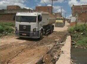 Passagem sem estrutura atrapalha rotina de moradores de Caruaru - A passagem é uma ponte que liga uma rua sem calçamento. Moradores reclamam que quando chove a terra da ponte causa transtornos.