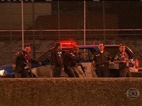 Polícia reforça o policiamento na Linha Vermelha - Na noite desta quarta-feira (13) a via foi fechada na altura de Duque de Caxias por conta de um tiroteio. Uma ação da polícia terminou com um bandido morto.