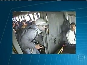 Polícia procura dois homens que assaltaram 21 pessoas em ônibus na Gamboa - A ação dos criminosos foi gravada por câmeras de segurança. As imagens mostram os bandidos recolhendo pertences dos passageiros. Depois da ação, os bandidos obrigaram o motorista a seguir pela Avenida Brasil e fugiram.