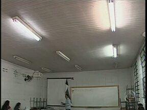 Alunos da UEM estudam em sala de aula sem iluminação adequada - A prefeitura do campus informou que vai resolver o problema até a próxima segunda-feira