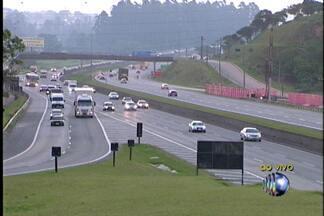 Feriado movimenta estradas do Alto Tietê - A expectativa é de que mais de 220.650 veículos passem pela Rodovia Ayrton Senna no trecho de Itaquaquecetuba. Já na Rodovia Mogi-Bertioga o tráfego é de mais de 51 mil veículos.