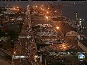 Trânsito segue lento na Ponte Rio-Niterói, Linha Vermelha e Avenida Brasil - Os motoristas enfrentam congestionamentos na saída para o feriado prolongado. O trânsito segue congestionado na Linha Vermelha, Avenida Brasil e Ponte Rio-Niterói.