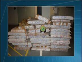 Polícia apreende cigarro e droga na fronteira - Dentro de um carro abandonado estavam 844 quilos de maconha.