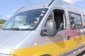 Equipe da TV Bahia flagra crianças sem cinto de segurança em transporte escolar - Registro foi feito na manhã desta quinta-feira (14), no bairro do Imbuí, em Salvador.