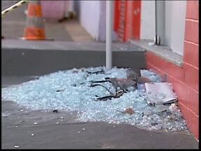 Grupo explode caixa automático em Alambari, SP - Um grupo de criminosos destruiu um caixa automático em Alambari (SP). A ação ocorreu na noite desta quarta-feira (13) no Centro da cidade.De acordo com a Polícia Militar, a unidade ficava em um posto bancário e a máquina era a única em funcionamento.