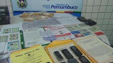 No Recife, suspeitos de golpe de R$ 1 milhão na venda de imóvel são presos - Dupla foi flagrada em atitude suspeita em frente a agência bancária. Vítima que prestou queixa há dois meses teve prejuízo de R$ 450 mil.