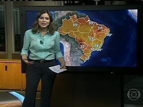 Calor predomina em grande parte do país - Pode fazer 34ºC no Rio, 30ºC em Maceió e em São Paulo e 31ºC em Porto Alegre. Uma frente fria está perto do Rio Grande do Sul e da já provoca chuva no extremo sul do estado.