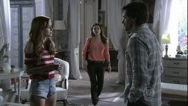 Leila flagra Natasha conversando com Thales - A ruiva acredita que o escritor no fundo é uma boa pessoa, mas desconversa quando a golpista chega