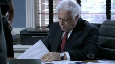 César assina a procuração em nome de Aline - Aline é rude com Eron e Rafael, que sem sucesso não convencem o médico a desistir do documento