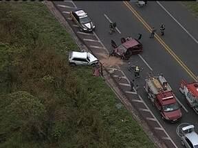 Acidente complica volta do Espírito Santo para Minas Gerais - A BR-381 foi totalmente interditada por causa de um acidente com três carros em Sabará, na Região Metropolitana de Belo Horizonte. Uma pessoa morreu e cinco ficaram feridas.