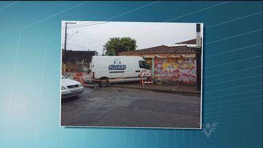 Motorista perde o controle de van e invade bar em Praia Grande - Acidente ocorreu no sábado (16), mas veículo só foi retirado nesta segunda-feira (18).
