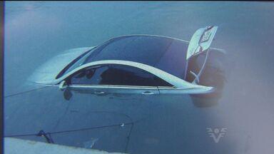 Carro que estava em balsa cai no mar em Bertioga, SP - Um veículo que estava em uma balsa caiu no mar em Bertioga, no litoral de São Paulo. Acidente ocorreu durante o desembarque da travessia.
