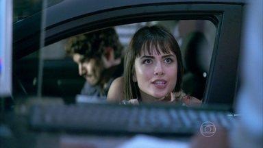 Guto e Silvia chegam ao motel antes de Michel e Patrícia - Eles ainda pedem a melhor suíte e o champanhe francês. Patrícia fica cheia de ódio ao descobrir que é sempre o mesmo casal que pede as mesmas coisas