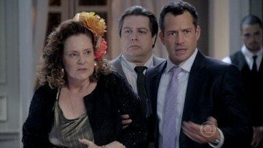 Bruno leva Efigênio e Márcia para confirmar a história do roubo de Paulinha - Pilar fica surpresa com a presença da ex-chacrete. A comerciante desmente a versão para proteger 'seu menininho'. Mas o pastor confirma a presença de Félix no bar. Paloma contesta a teoria, mas o pai mostra a echarpe