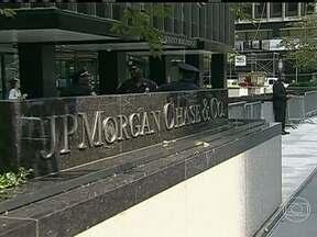 Banco fecha com o governo o maior acordo judicial da história dos EUA - O JP Morgan terá que pagar US$ 13 bilhões para compensar parte dos prejuízos da crise financeira de 2008. Parte do dinheiro será usado para reduzir a taxa de juros dos empréstimos e o prejuízo das famílias afetadas pela crise imobiliária.