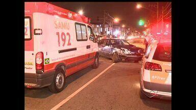 Acidente em cruzamento de Vitória deixa dois motoristas feridos - De acordo com testemunhas, a condutora de um dos carros avançou sinal.Esposa de metalúrgico disse que ele seguia para o trabalho.